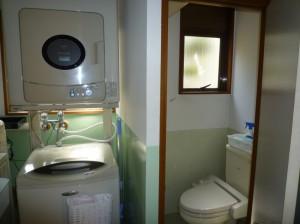 洗濯室はトイレと同じスペースにあり、洗濯物を干すスペースも無い。