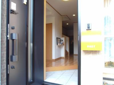 ドアを開けると明るい玄関ホールがお出迎え。