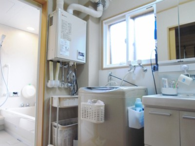 浴室からリビングまで、洗面脱衣室とキッチンを経由して最短距離でつながった動線。キッチンを暖房する事によりそこにつながる洗面所も暖めることが出来ます。また、家事動線が短くなったことでお母様の負担が軽減され、かつ、リビングに赤ちゃんが居ても泣き声がすぐに聞こえますので、気遣いながら家事が出来ます。