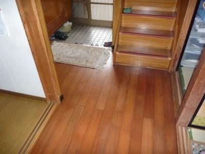 左側の居間を出て、廊下を挟んで右の和室への動線は段 差を2回通っている。