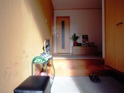 玄関を入っても家の中が丸見えにならず落ち着いて来客と話が出来る空間に。