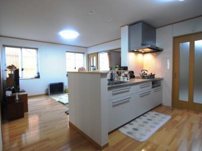 対面型キッチンは、南側の窓の光を感じられる視線となり、開放的に。