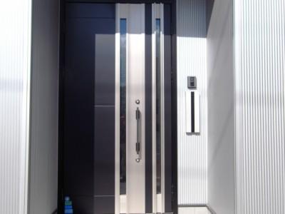 断熱の親子ドアを採用。