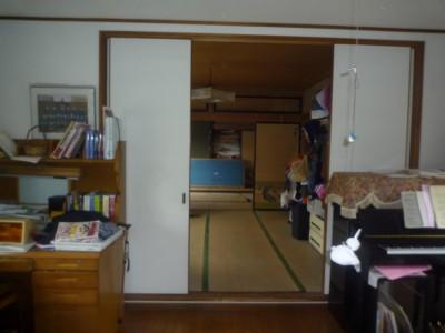 手前のお婆様の部屋へは、奥の和室を通らなければならない。ここでも段差を通る。