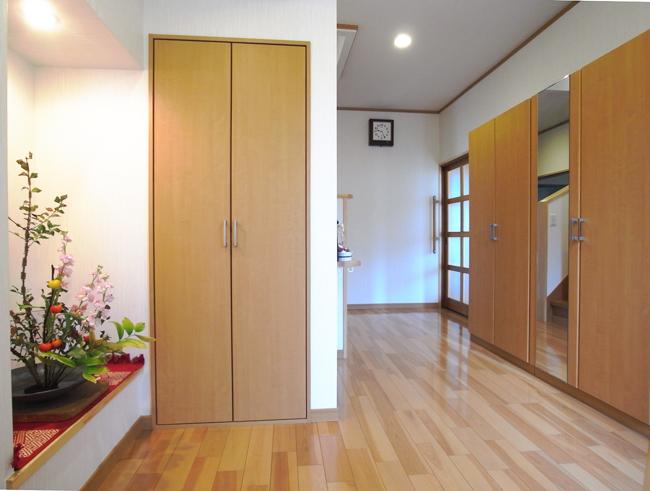 玄関は季節で表情を変える家族の交差点
