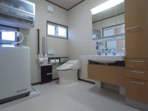 洗面所、トイレを一体の空間に トイレの介助スペースを取り、車いすでも利用可能です。