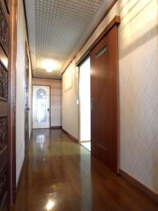 広い廊下から水周りへのアプローチの扉は、構造上柱を抜けないため、アウトセット引き戸に。扉のサイズをぎりぎりまで広くして有効開口は780mmに。