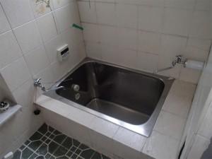 手すりが無く、またぎが深い浴槽