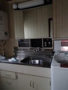 立って腰を屈まないと水栓に手が届かない洗面台