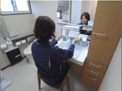 座りながら利用でき、将来は車椅子にも対応する洗面台。
