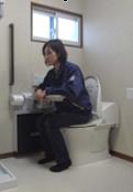排泄時のために前かがみ手すりを設置 。