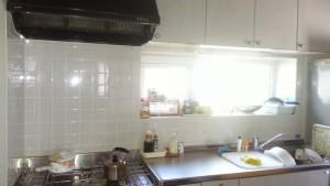 換気扇はプロペラファンで、 タイル張りのキッチン