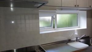 タイルに大きなヒビ等がなかったので、上からキッチンパネルを重ねる貼ることができました。