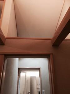 お風呂の水蒸気を家全体に回すために洗面所の天井は廊下と壁なしでつながっています