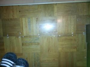 上張りする前に根太材に既存の床をビスで増打ちします。強度保持のためです。