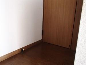 左の床にあるドアストッパーが危ない