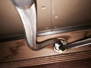 水栓の取り付けがねじれてホースもねじれています