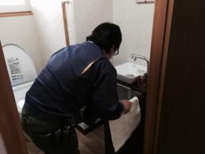トイレの手洗器の水の量を増やして見てほしいとのことで調整中