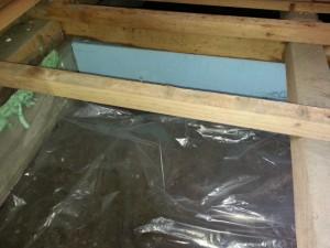 防湿シートで地面から土台下までカバーし、地面からの湿気を完全に遮断します