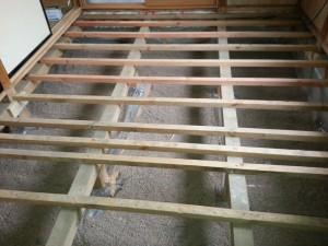 MP床下調湿材を敷き込みます。