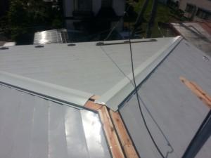処理をした棟の部分に下地板を取付、仕上げに屋根材を取付ます。