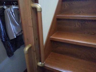 螺旋階段を上がりきった場所に縦手すりを付けました。体も手も少し回転するので、体勢を整えてから掴まる縦手すりも必要でした。
