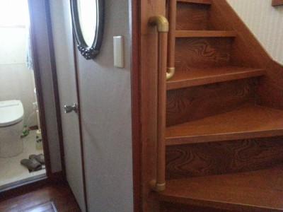 階段の上りはじめ。段の高さがある為縦手すりを付けました。
