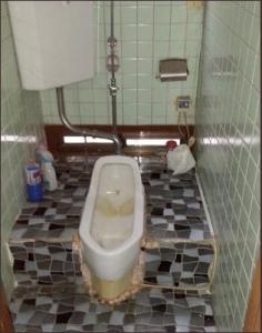 しゃがんで用をたす和式トイレ