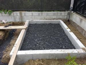 基礎内部に砕石の敷き込みをします。