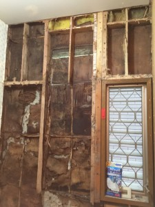 剥がしてみると外壁用の下地も桟も腐っていました