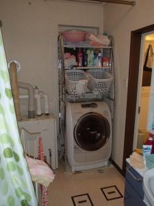 既存の洗濯機の上にキャビネットを置いて収納としていました