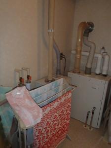 ボイラーは暖房用と給湯用で2台。スペースを取るので給湯用は壁掛けに変更をします