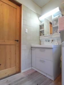 空間にもこだわり、INAXのエコカラットを洗面化粧台の横に使用しました。