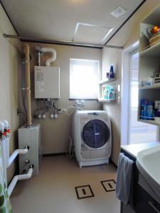 既存の棚は使わなくなるとの事で撤去してニッチ棚を洗濯機の上に