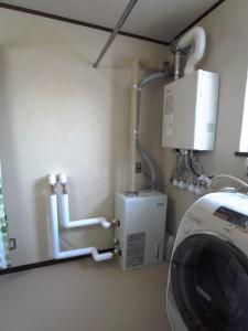 暖房用ボイラーは壁側に寄せて、1坪の脱衣スペースを効果的に使えるように。天井の物干しポールは高さを下げました。