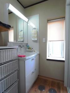 壁は珪藻土仕上げ 洗面化粧台も入れ替え 床は杉無垢材フローリング
