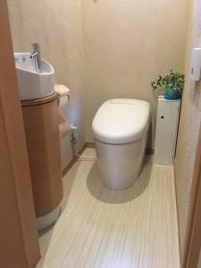 リフォーム後 0.4坪の狭小スペースに手洗い器を新設 床はハイドロセラフロア 壁は珪藻土