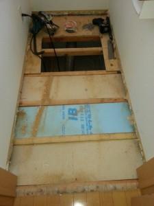 床を剥がした所断熱材はスタイロフォームでした。色違いは・・・たぶん足りなくなったんでしょう。