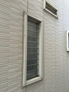 洗面所の窓はジャロジー窓で冬は隙間風が大変冷たいです