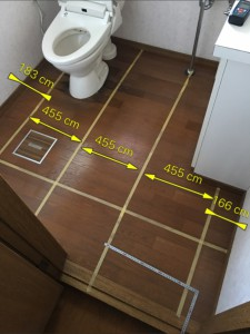 既存の床にハイドロセラフロアを割付する目印を付けます