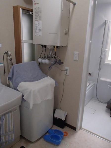 洗面脱衣所は珪藻土仕上げとしました。冬の寒い時期でも窓を開けずに乾燥されます。