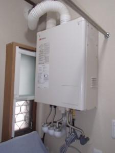 ボイラースペースを節約するために壁掛け型に。下に洗濯機を置ける高さに設置しています