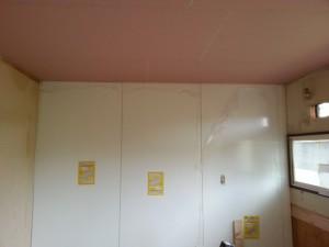 既存が古いタイプのキッチンパネルでしたので、新しいタイプのキッチンパネルを上貼りしました