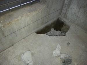 既存の土間コンの下が空洞になっていました