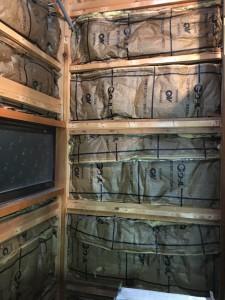 トイレを解体した外壁側です。断熱材が入っていますがもう老朽化して駄目ですね。