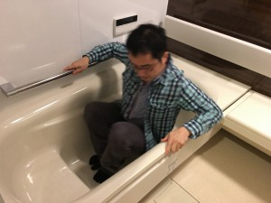 浴槽から出るときには、浴槽の脇のヘリが手すり代わりになります