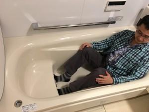 浴槽は段差のついたラウンド浴槽。この段差が実は大事です
