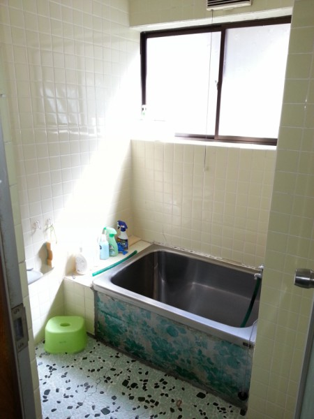 寒いタイルの浴室