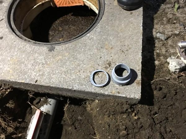 合併浄化槽の配管から出てきたのは、排水の塩ビ管の切れ端と異径ソケットでした