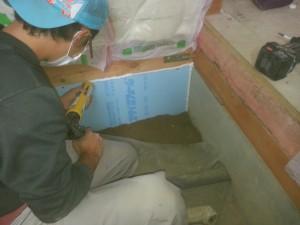 ユニットバス床下に床下調湿工事を行いますので、床との隙間は断熱材でふさぎます
